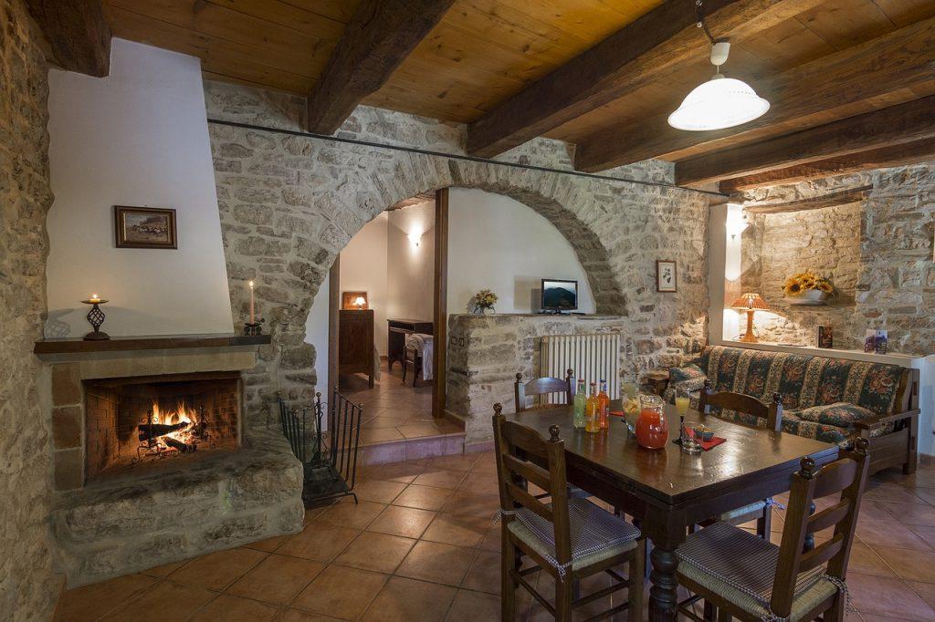 Comment choisir entre une cheminée et un poêle à bois?